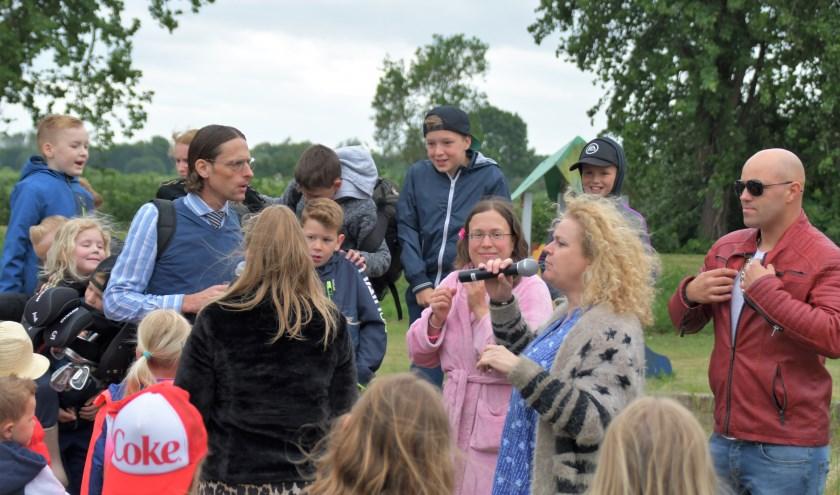 Familie Flodder met nette familie en kinderen