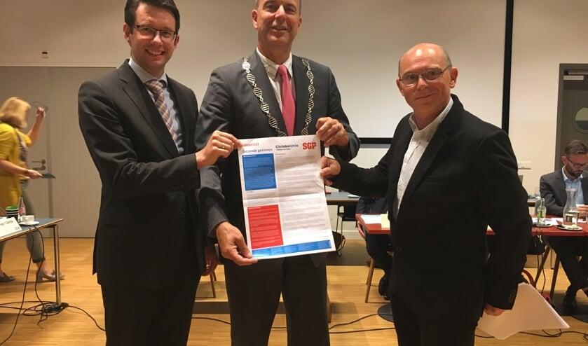 • Albert Brasser, burgemeester Jaap Paans en Jako Sterrenburg.