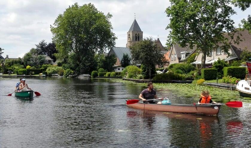 Leden van IJsclub Sint Moritz aan het varen op De Giessen ter hoogte van Giessen-Oudekerk in een kayak.