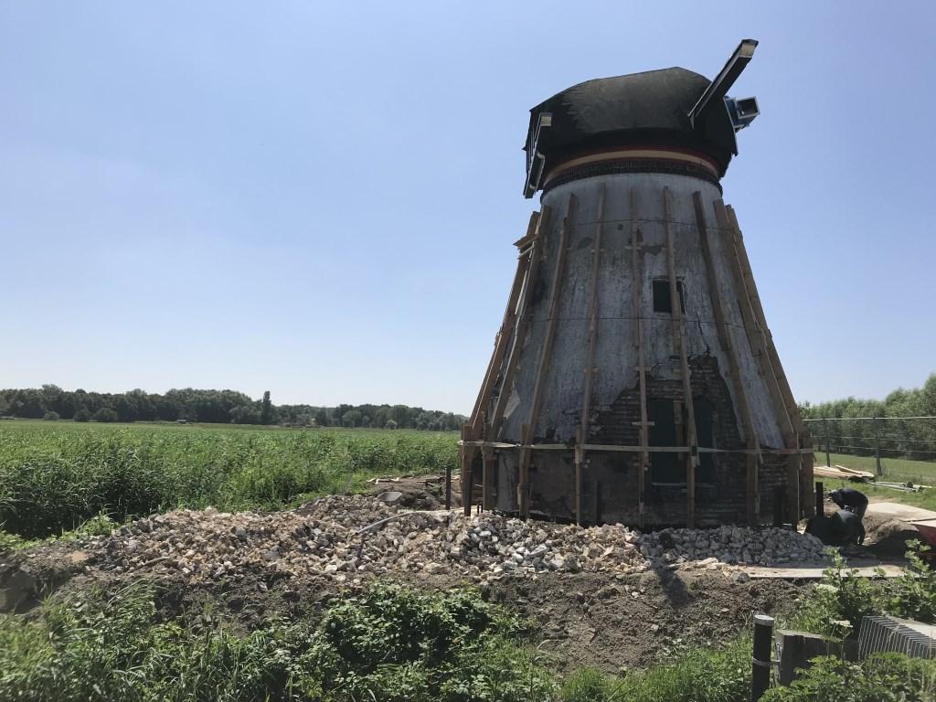 Mehretab werkt aan de renovatie van een 159 jaar oude molen in Oud-Alblas.  © Klaroen