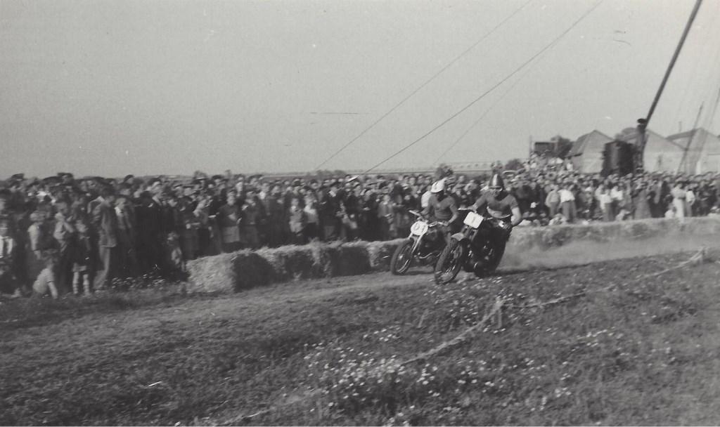 • In 1949 was de cross een waar spektakel, waar duizenden mensen op af kwamen. Foto: J.H. van de Berg © Bommelerwaard