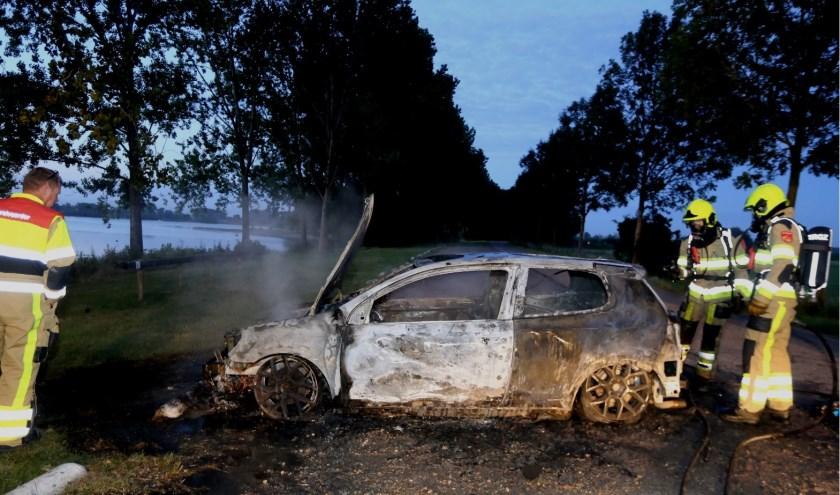 De uitgebrande auto de De Zandmeren in Kerkdriel.