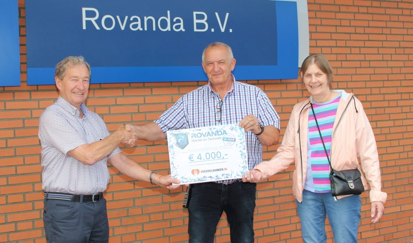 • De cheque-overhandiging, met v.l.n.r. Johan, Rook en Annie.