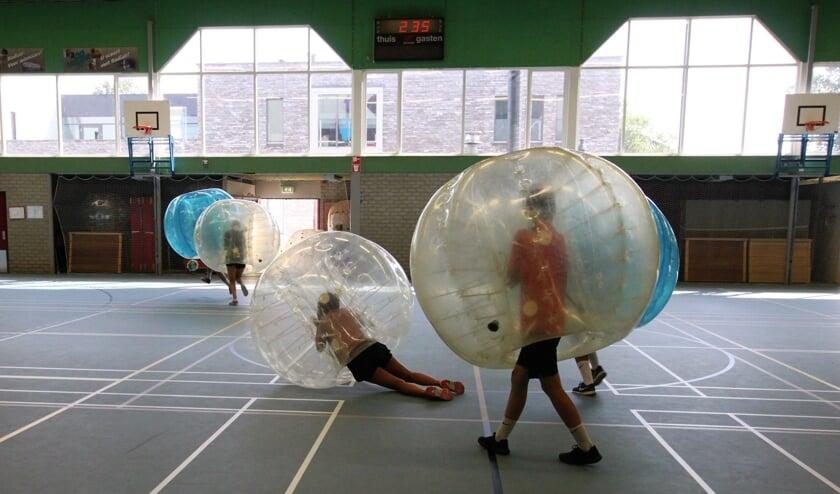 • Jongeren speelden een potje bumpervoetbal tegen elkaar.