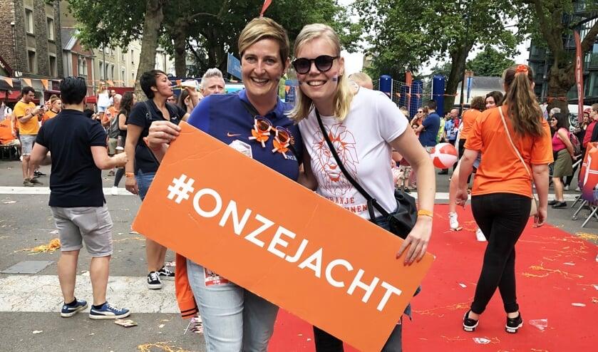 • Patricia Versluis (l) met haar dorpsgenote Roos Brand.