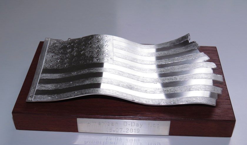 • De zilveren replica.