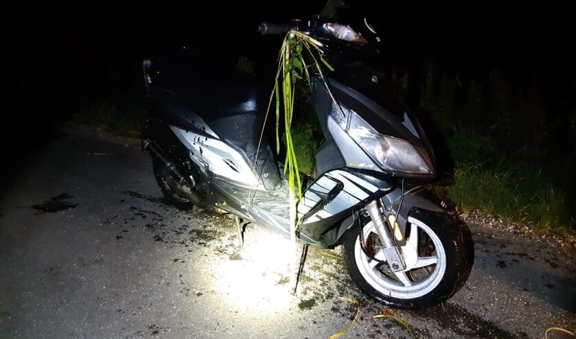 • Agenten haalden de bestuurder en zijn voertuig uit de sloot. De scooter bleek flink beschadigd.