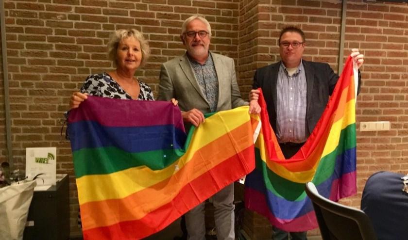 • Jantine Dijkstra en Joop van Montfoort overhandigden Cees Taal (midden) de vlaggen.