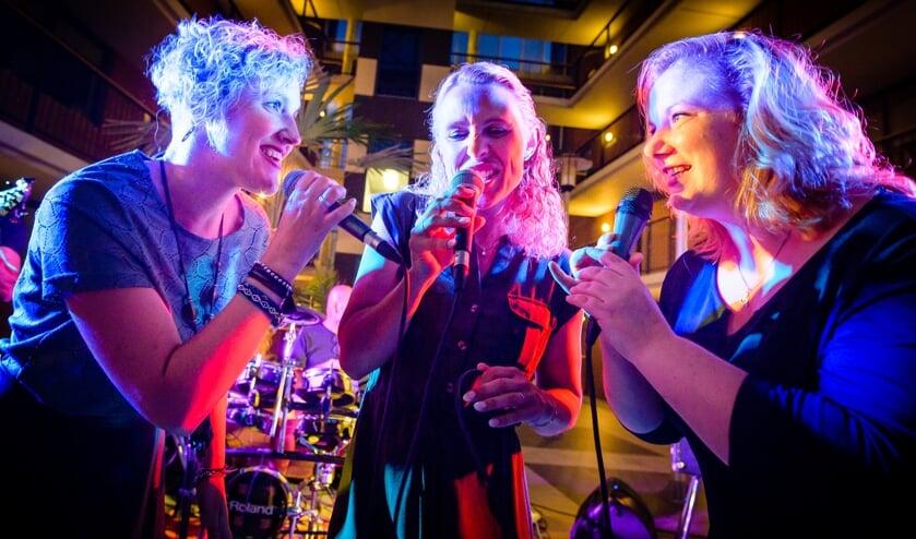 """• Marijke, Marsja en Kim: """"Het publiek staat met onze live band binnen no time te dansen."""""""