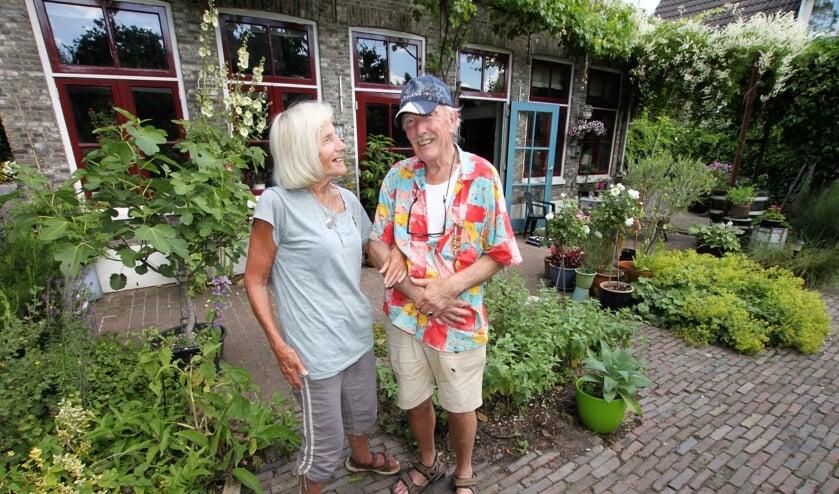 • Heleen en Freek de Kroon in hun achtertuin.