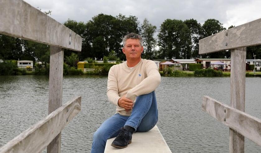 • Hans Kramer, met achter zich het water van De Put.