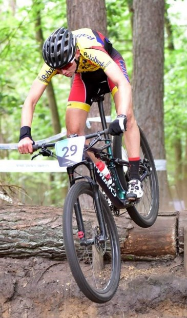 • Jesse Bikker in actie in de Apeldoornse bossen.
