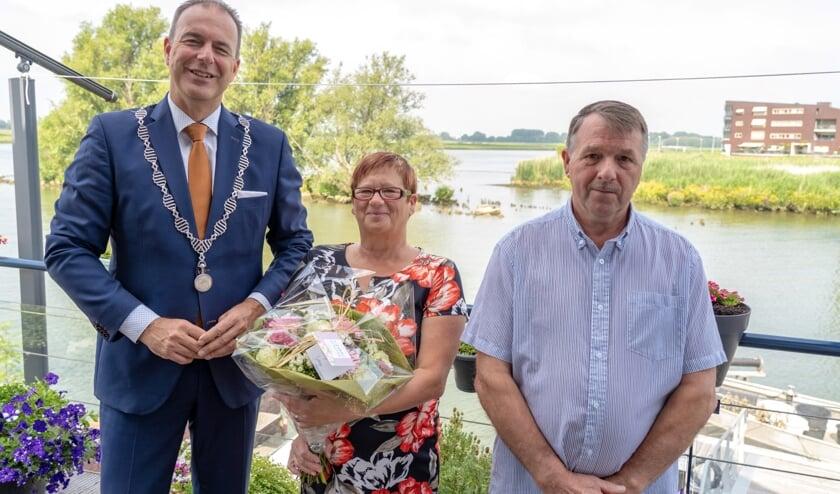 • Burgemeester Paans met Nico en Ria Fiole.