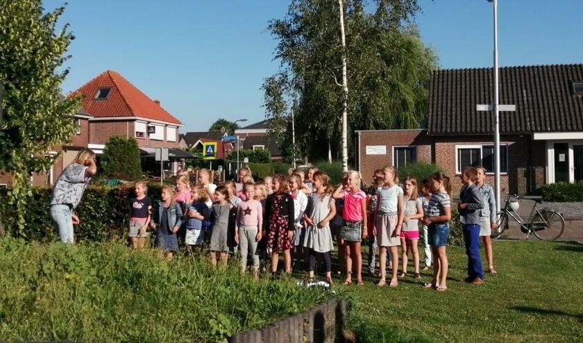 Kinderkoor Jonge Klanken zingt op straat