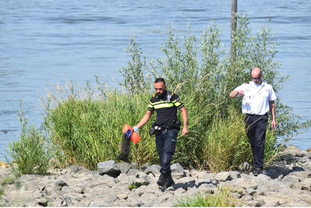 • Politie en Rijkswaterstaat werden ingeschakeld voor een verdachte situatie op de Waal bij Brakel. Foto: Bart Meesters © Bommelerwaard