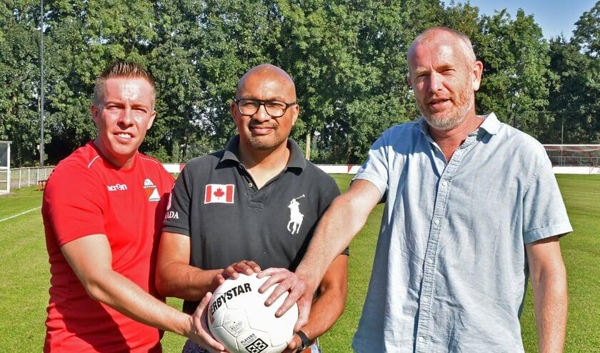 •  Van Beest, Latumaerissa en Elbertse zien walking football wel zitten.