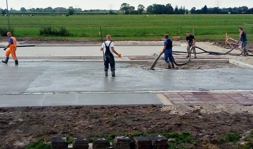 • De werkzaamheden aan de padelbaan.