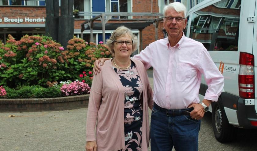 • Jannie Timmermans en Pim van den Berg bij de bus.