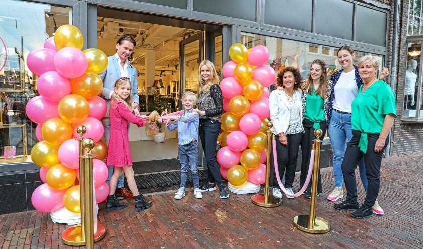 • De feestelijke opening van de nieuwe winkel aan de Boschstraat was afgelopen donderdag. Tussen de ballonnen staan eigenaresse Evelien en haar man Erwin, met hun kinderen Amber en Stijn. Rechts de vaste medewerksters.