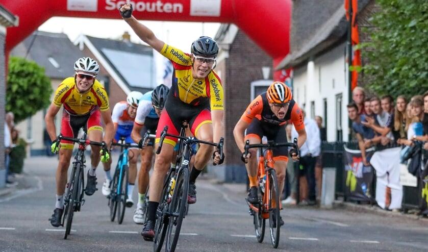 <p>&bull; Remco Schouten als winnaar van de Ronde van Noordeloos in 2019.</p>