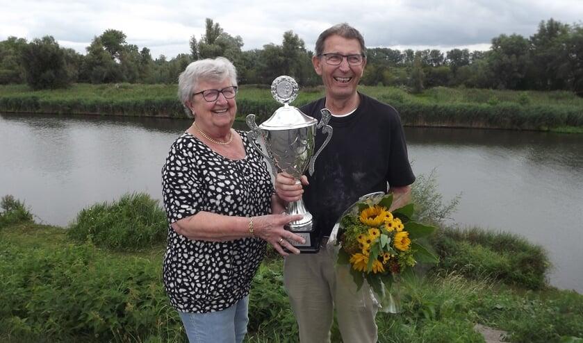 • Elly Belder overhandigt de trofee aan Nico Middag.
