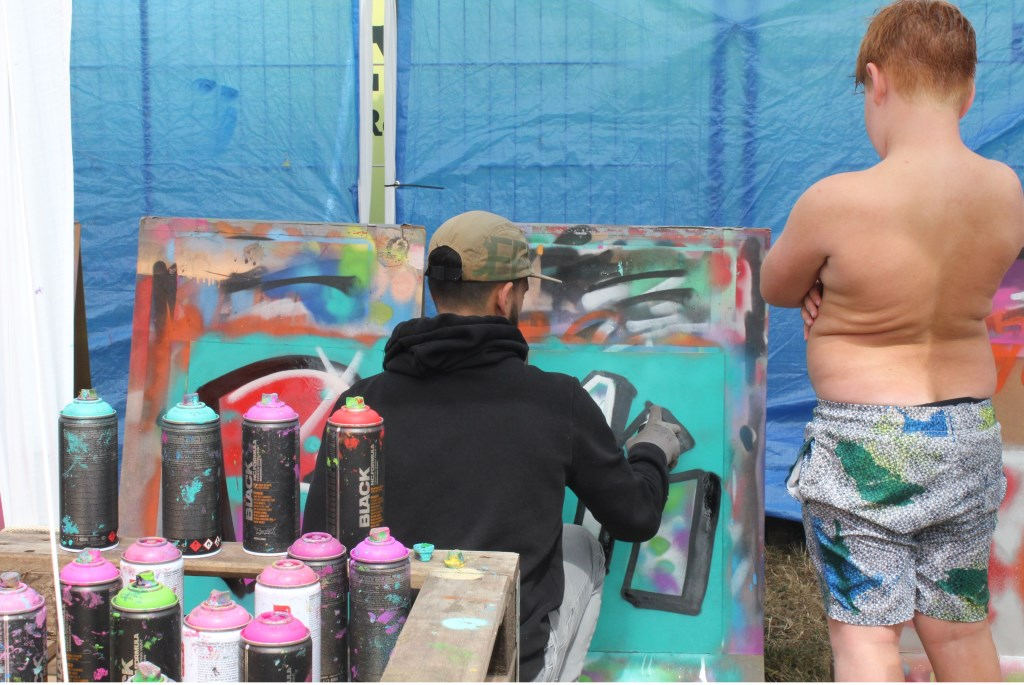 • Professionals begeleiden de graffitiworkshop. Foto: Janneke Boogaard © Bommelerwaard