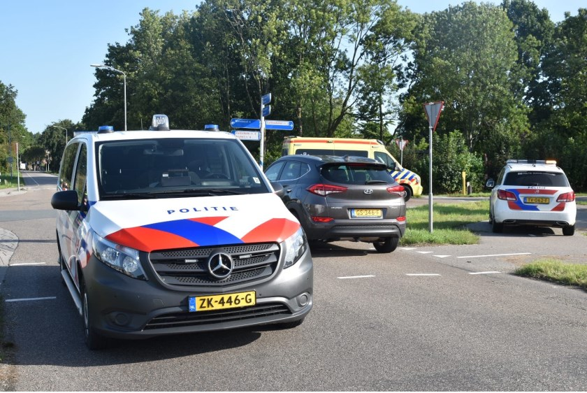 • Op het drukke kruispunt in Gameren botsten maandagochtend twee auto's op elkaar.