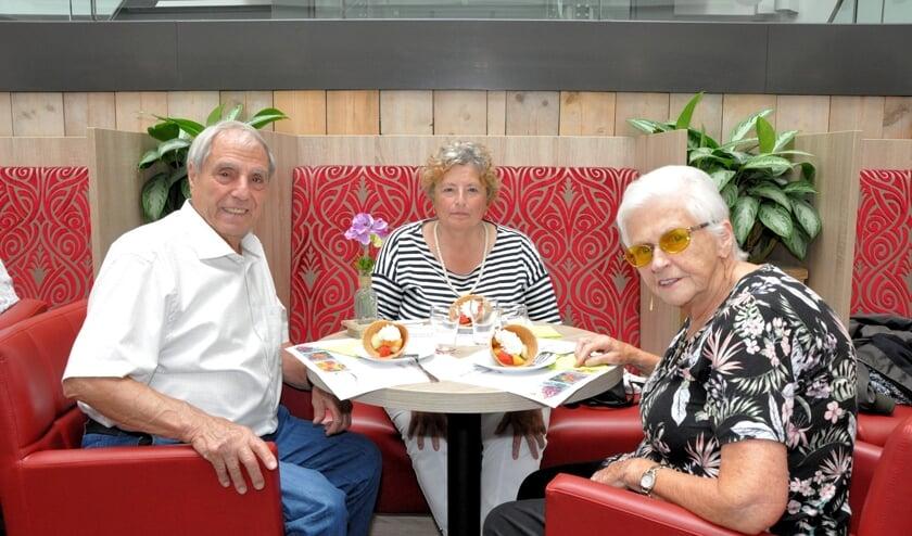 Cliënten van Waardeburgh genieten van zomergezelligheid met fruit