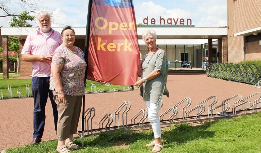 • Wout en Janny Wolters en Hennie van Tienhoven bij de Havenkerk.