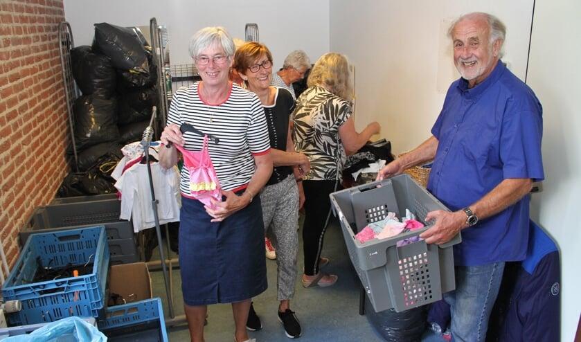 • Wim Vos (rechts) hoopt dat de gemeente het voorbestaan van de Kledingbank mogelijk maakt.