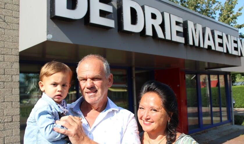 Sjaak en Roos Mudde met één van hun kleinkinderen voor De Drie Maenen.