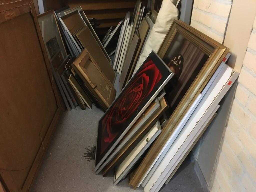 • In Maasdriel stonden de werken onder andere opgeslagen in een kast onder de trap in de raadszaal. Foto: Britta Alink © Bommelerwaard