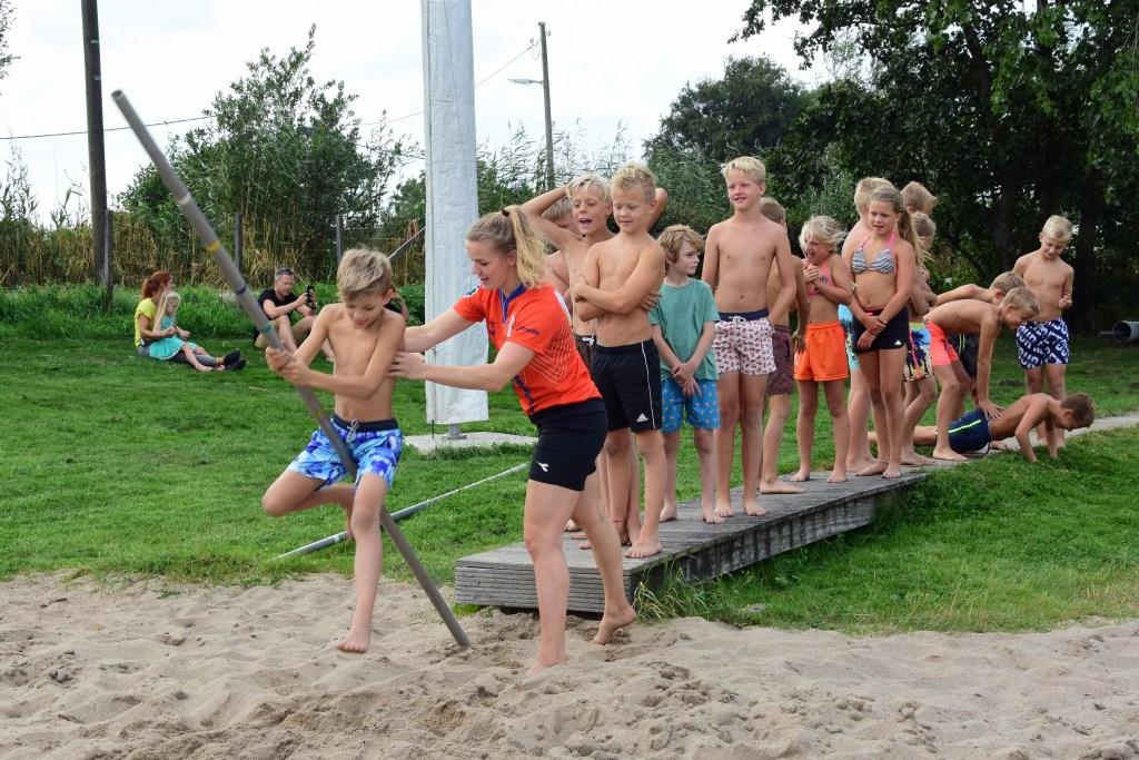 • De deelnemers van de speelweek in Haastrecht krijgen een clinic polsstokverspringen. Foto: adri Verhoeven © Krimpenerwaard