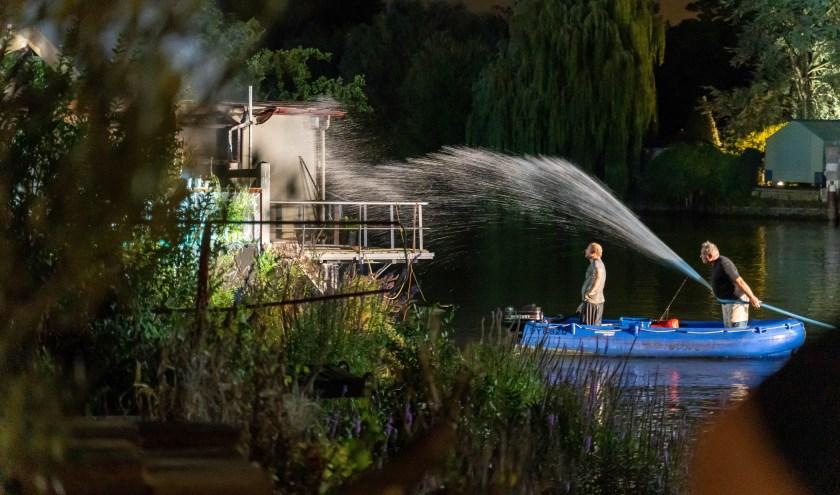 • Een binnenvaartschipper probeerde het vuur vanaf het water te blussen.