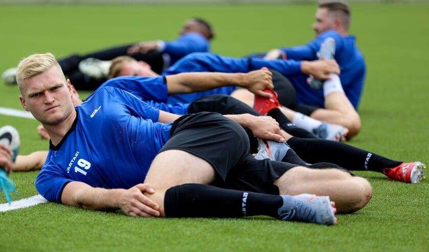 • Johnny Lommers bezig aan de warming-up tijdens de eerste training van het seizoen.