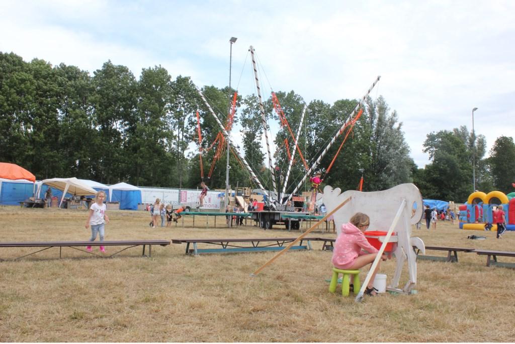 • Koeien melken hoort bij het thema 'boerderij', maar het trampolinespringen trekt toch meer deelnemers. Foto: Janneke Boogaard © Bommelerwaard