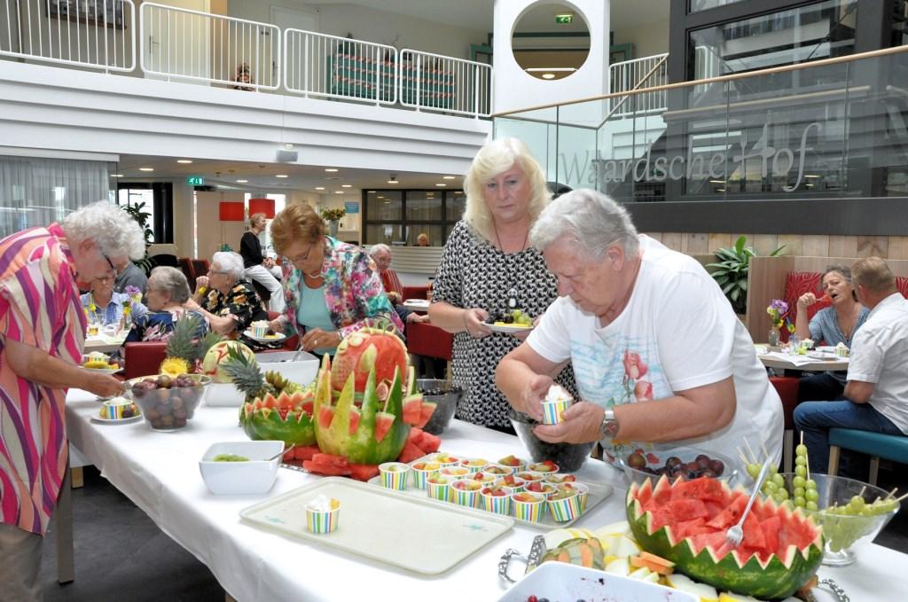 Cliënten van Waardeburgh genieten van zomergezelligheid met fruit Foto: L. van Herwijnen © Klaroen
