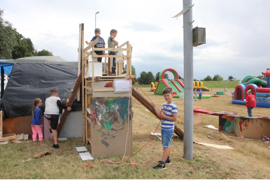 • Hutten bouwen blijft een populair onderdeel van de kindervakantieweek. Foto: Janneke Boogaard © Bommelerwaard
