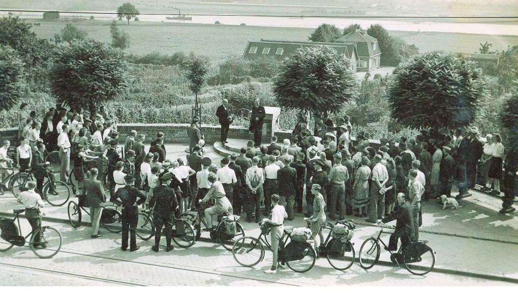 • De onthulling van het monument in Rhenen in 1949.  © Krimpenerwaard