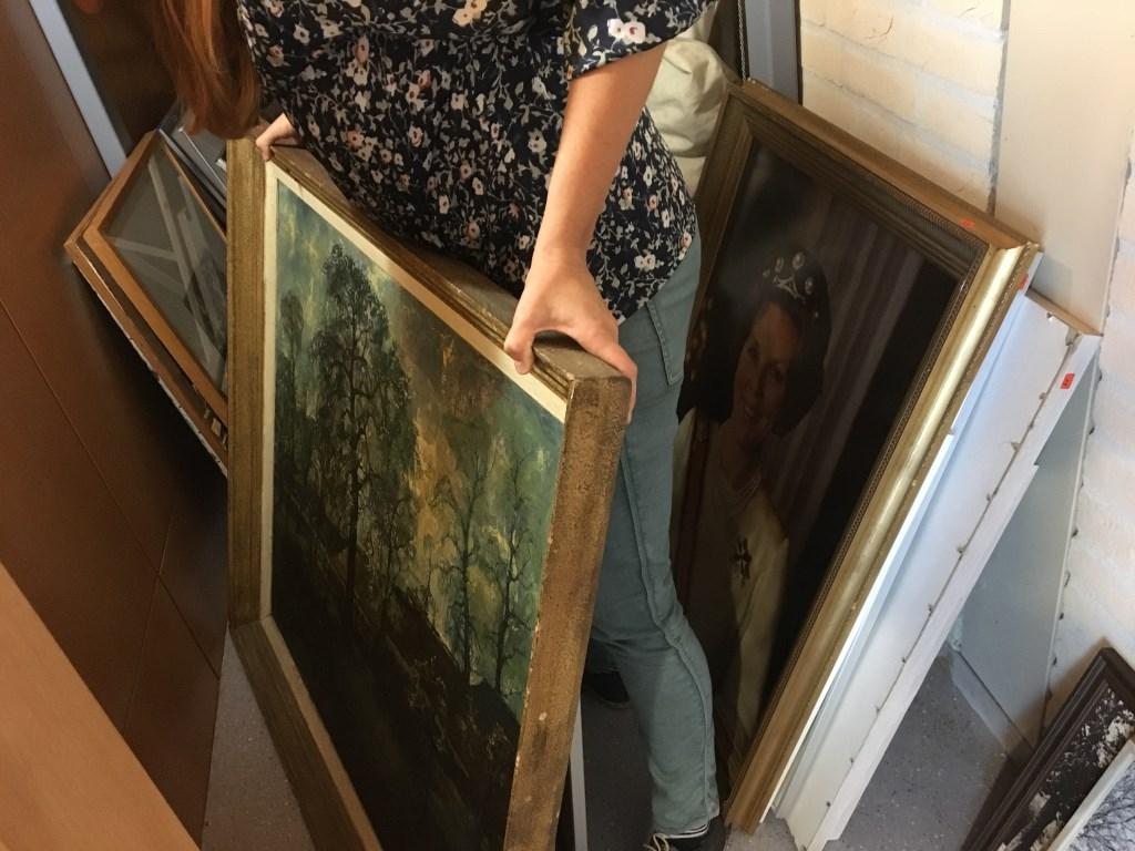 • Tientallen schilderijen en reproducties werden gevonden. Foto: Britta Alink © Bommelerwaard