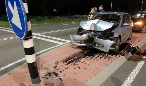 • Een automobilist botste tegen de paal van een verkeerslicht. Foto: Jurgen Versteeg © Bommelerwaard