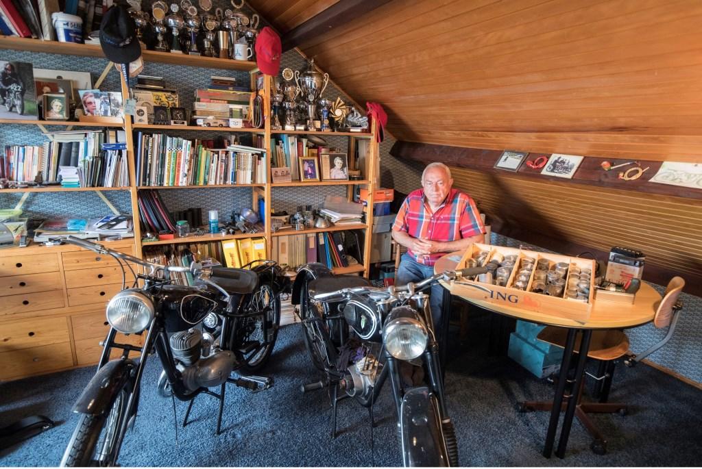 • Koen Muijlwijk op de zolder van zijn woonhuis, waar ook een 125 cc DKW uit 1940 (l) en een 125 cc DKW uit 1951 staan.  © Krimpenerwaard
