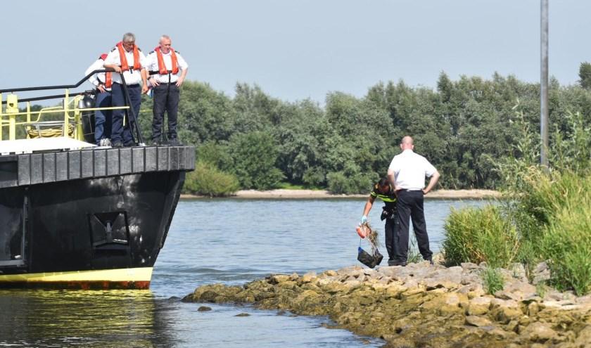 • Politie en Rijkswaterstaat werden ingeschakeld voor een verdachte situatie op de Waal bij Brakel.