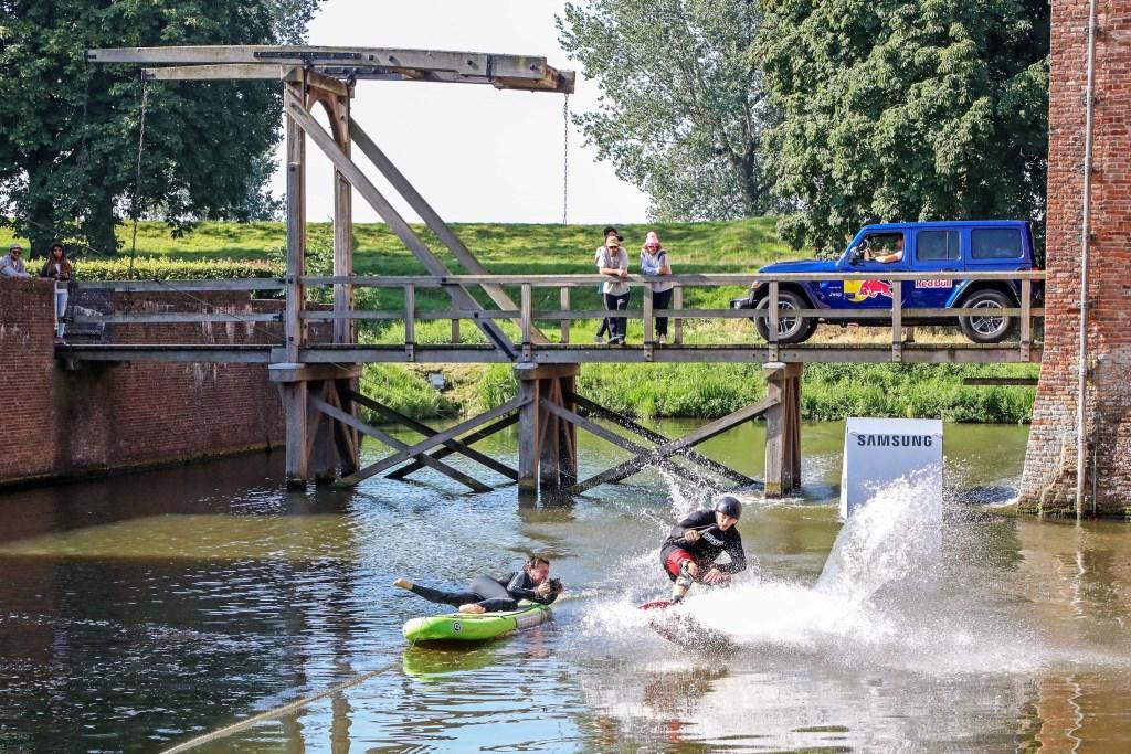 Wakeboarders in de gracht van Loevestein Foto: Lya Cattel © Bommelerwaard