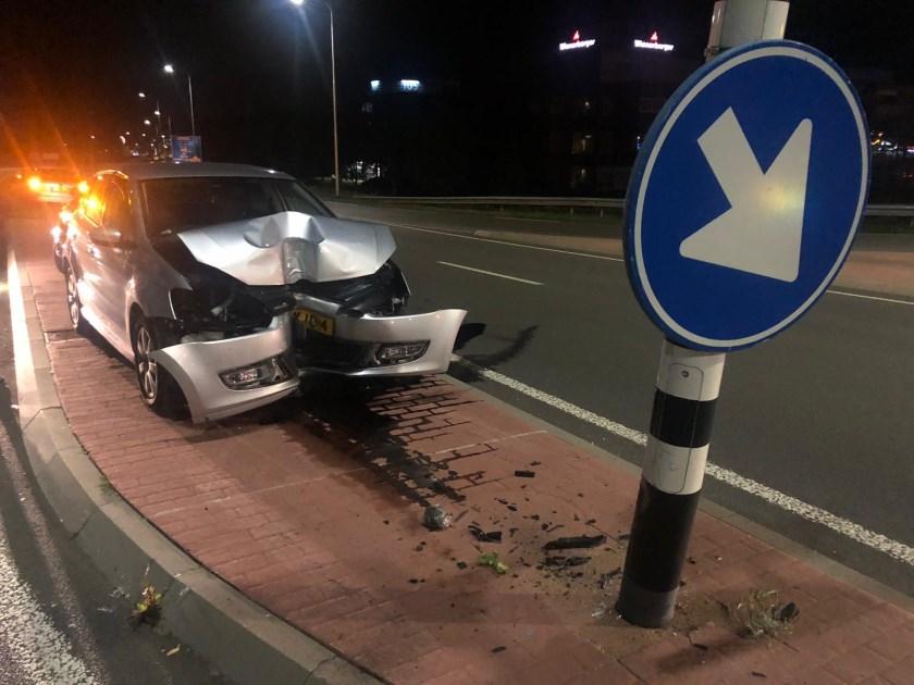 • Een automobilist botste tegen de paal van een verkeerslicht.