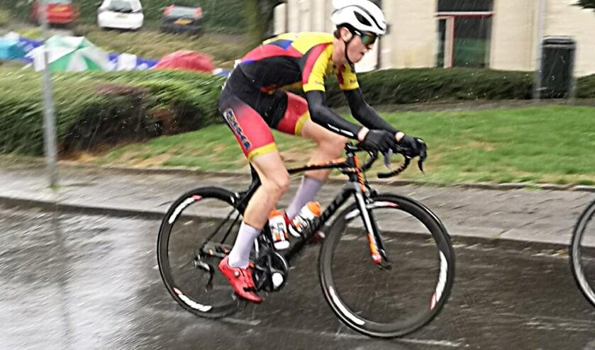 • Patrick de Jong in de stromende regen in Berg en Terblijt.