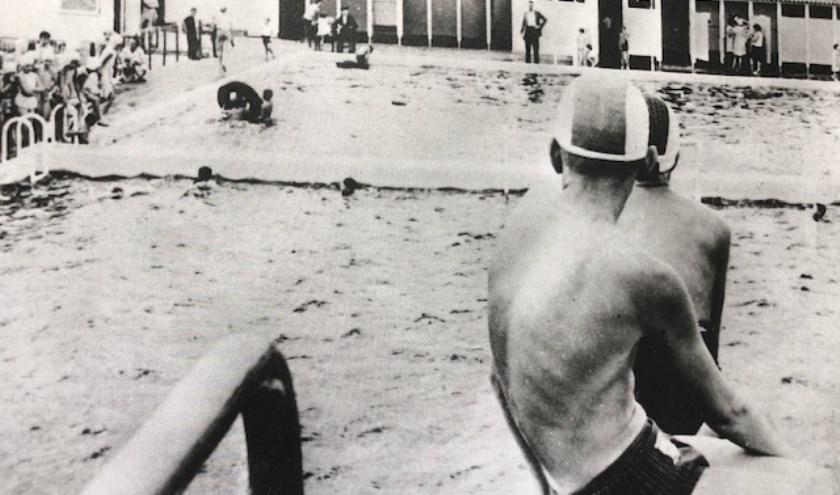 • Beeld uit de beginjaren van het zwembad.
