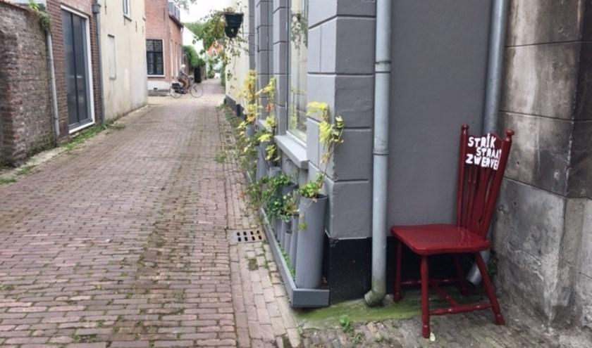 • De stoelen staan op rustige punten zoals in de Strikstraat, maar ook voor de Sint-Maartenskerk waar veel mensen langs komen.