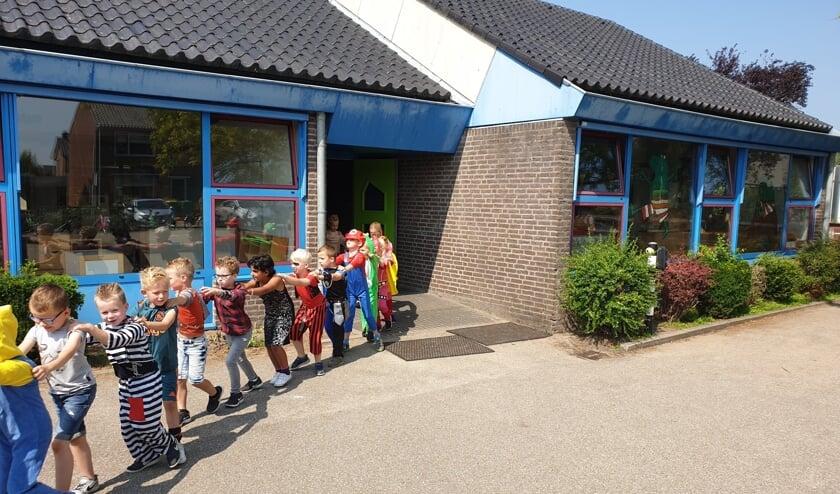 • Kinderen liepen aan het eind van het vorige schooljaar in polonaise de oude school uit.