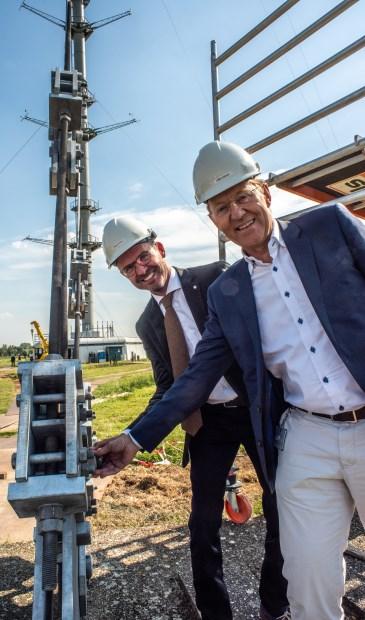 • Burgemeester Laurens de Graaf (l) en KNMI-directeur Gerard van der Steenhoven.